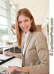 devant, femme affaires, ordinateur portable, sourire