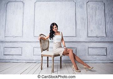devant, femme, chaise, mode, beau, blanc, décoratif, robe, luxe, moulures, coup, antiquité, court, mur, debout, jeune