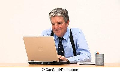 devant, homme affaires, ordinateur portable, sien, rire