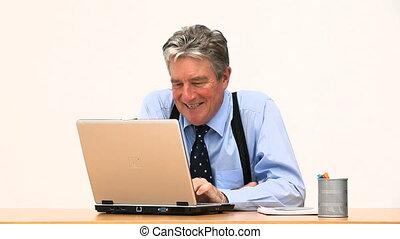 devant, homme affaires, ordinateur portable, sien, sourire