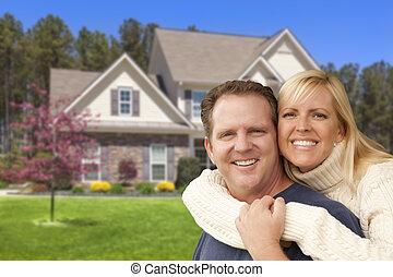 devant, maison, couple étreindre, heureux