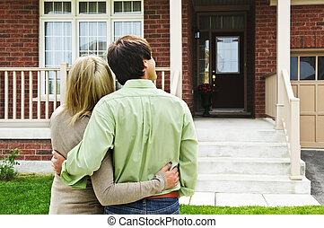 devant, maison, couple, heureux