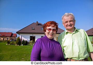 devant, maison, couple, personne agee
