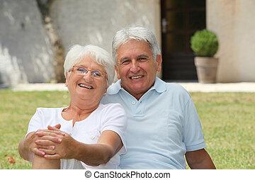 devant, maison, couple, personne agee, séance