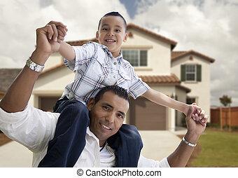 devant, maison, hispanique, père, fils