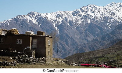 devant, montagnes, construit, maison