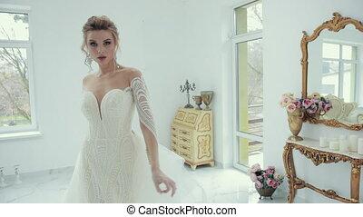 devant, poses, blanc, appareil photo, mariée, robe, mariage, blond, virages, jeune