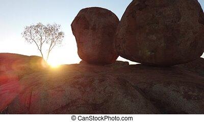 Devils Marbles Sunrise - Sunrise light rays at Devils ...