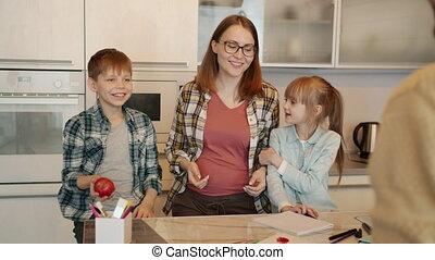 devoirs, cuisine, papa, jouer, fils, pomme, girl, lancement...