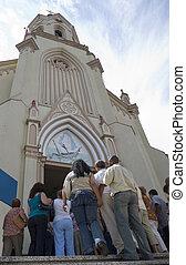 devotos, entrar, iglesia