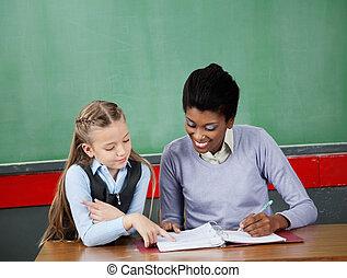 diáklány, kérdezés, kérdez, tanár asztal