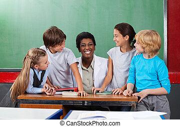 diákok, íróasztal, tanár, ülés