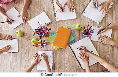 diákok, asztal, felett, elfoglalt, egy