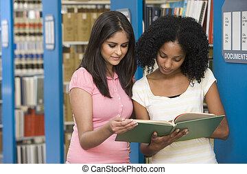 diákok, egyetem, könyvtár, két, dolgozó