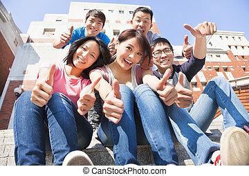 diákok, feláll, együtt, lapozgat, mosolyog vidám