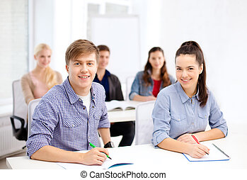 diákok, izbogis, jegyzetfüzet, mosolygós
