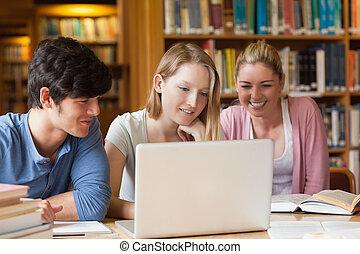diákok, laptop, könyvtár, ülés
