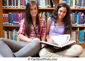 diákok, mosolygós, könyv, női