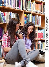 diákok, portré, könyv, felolvasás, női