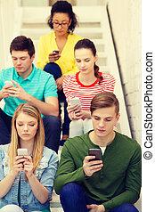 diákok, smartphones, elfoglalt, lépcsősor, ülés