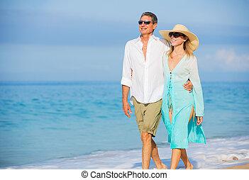 di mezza età, coppia, godere, passeggiata, spiaggia