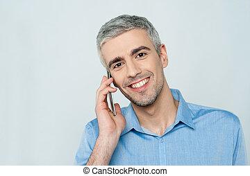 di mezza età, uomo parla, su, telefono cellulare