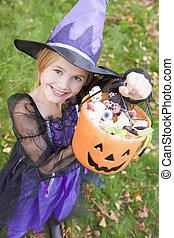 dia das bruxas, jovem, doce, feiticeira, traje, segurando,...
