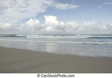 dia nublado, praia