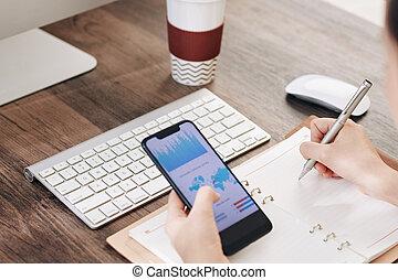 diagrama, tela, empresário, analisando, smartphone