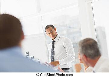 diagramme, co, présentation, homme affaires, ouvriers, sérieux, barre