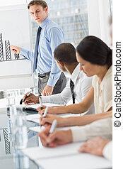 diagramme, présentation, homme affaires, réunion, sérieux, barre