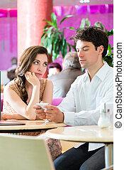 dialoguer, couple, jeune, mais, téléphone, pas, café