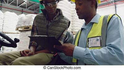 dialoguer, ouvriers, entrepôt