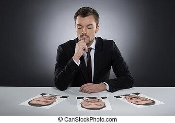 diario, masks., pensativo, joven, el sentarse en la tabla,...