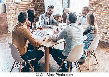 diario, meeting., grupo, de, seis, jóvenes, discutir, algo,...