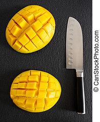 diced, coupure, sommet, juteux, mangue, planche découper, moitié, frais, cuisine, ardoise, couteau, vue