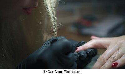 dichtbegroeid boven, manicure, procedure, in, spijker, salon., spijker, kunstenaar, voorzichtig, aan het dienen, rood, gel-lacquer, op, client's, spijkers, op, beauty, salon., professioneel, spijker, behandeling, en, huidzorg