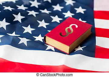dichtbegroeid boven, van, amerikaanse vlag, en, lawbook