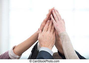 dichtbegroeid boven, van, handel team, holdingshanden, om te, handen