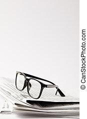 dichtbegroeid boven, van, kranten, met, black , brillen, op wit, met, de ruimte van het exemplaar