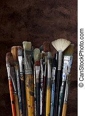 dichtbegroeid boven, van, kunstenaar, verf borstelt, op, donker, textured, achtergrond