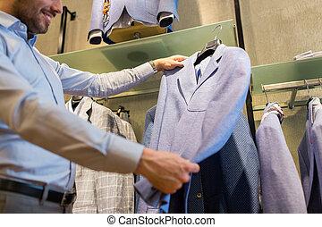 dichtbegroeid boven, van, man, kies, jas, op, de opslag van de kleding