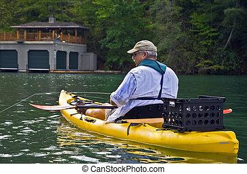 dichtbegroeid boven, van, man te vissen, in, een, kayak