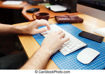 dichtbegroeid boven, van, mannetje hands, typing., selectieve nadruk