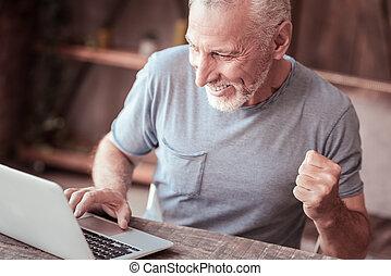 dichtbegroeid boven, van, verrukt, oudere man, gebruik, een, draagbare computer