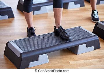 dichtbegroeid boven, van, vrouwen, het uitoefenen, met, steppers, in, gym