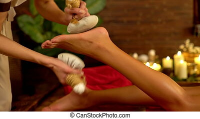 dichtbegroeid boven, van, warme, voet, poultice, masseren, in, spa, salon., 4k