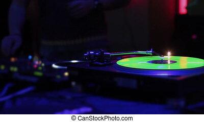 """didżej, pracujący, """"music, dancing"""", klub, tarcza obrotowa, samiec, interpretacja"""