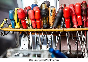 dienst, auto, schroevendraaiers, wall., garagewerktuigkundige, hangend, assortiment, gereedschap