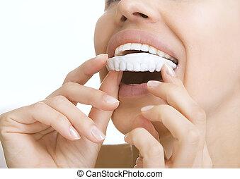 dientes, tiza, -, niña sonriente, con, diente, bandeja